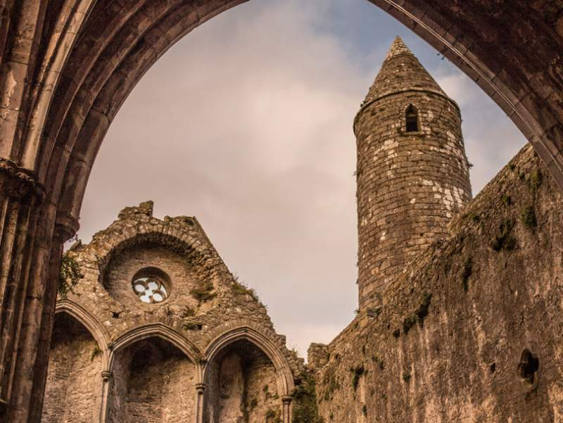 The Rock of Cashel, image courtesy of https://www.cashel.ie